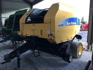 Presse à balles rondes New Holland BR7060 - 1